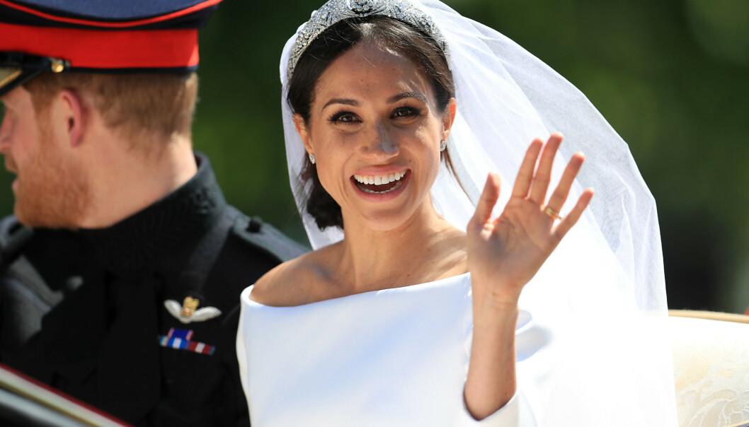 BRYLLUP: Meghan vinker smilende til kameraet. På hodet har hun et diadem som dronningen skal ha gitt henne. Foto: NTB Scanpix