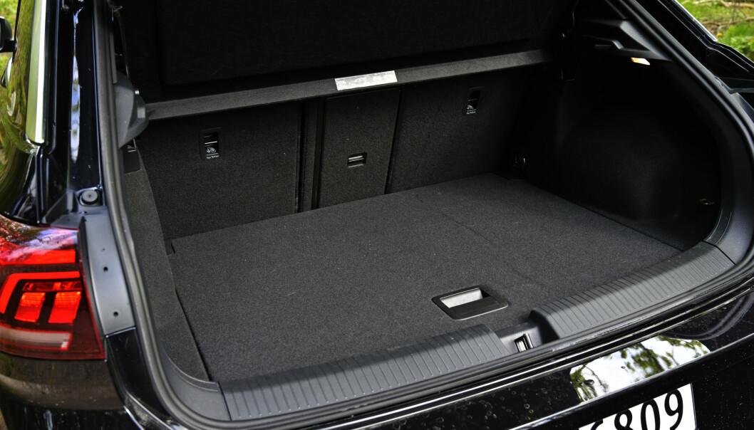 <strong>PRAKTISK:</strong> T-Roc er SUV-ens svar på Golf men har litt større bagasjerom. Skikkelig gjennomlastingsluke er også på plass. Foto: Rune M. Nesheim