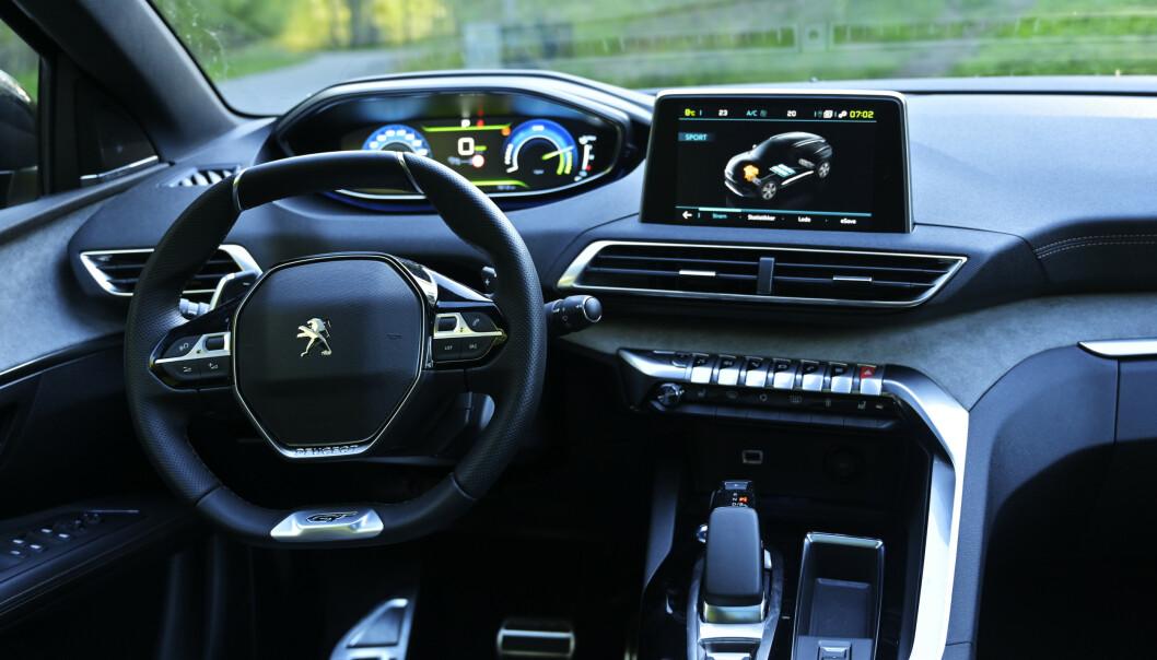 <strong>GOKART:</strong> Peugeot går helt andre veier. Tanken er at det høyt monterte instrumentpanelet skal gjøre Head Up-display unødvendig. Som en følge får man et bittelite firkanta ratt i fanget. Foto: Rune M. Nesheim