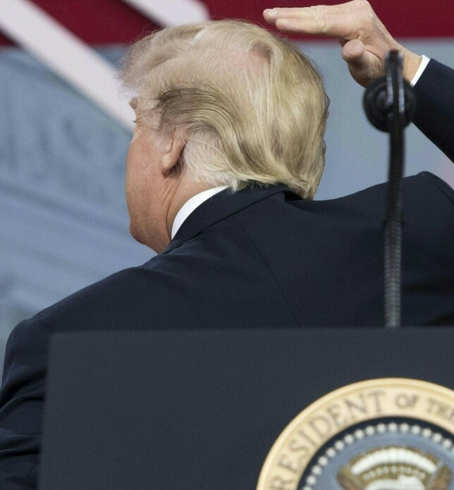 VISER FRAM: Trump har flere ganger tatt publikum og pressen gjennom håret sitt. Her viser han fram den intrikate sveisen i 2018. Foto: NTB Scanpix
