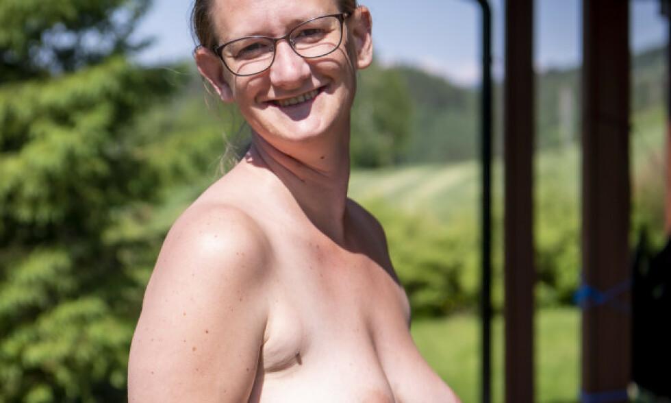 UTEN KLÆR: I sommervarmen trives Siv-Aina (33) best uten klær og tar imot Dagbladet helt uten en tråd. - Jeg vil gjøre folk bevisst på at retusjerte bilder er ikke sannheten, sier hun. Foto: Lars Eivind Bones.