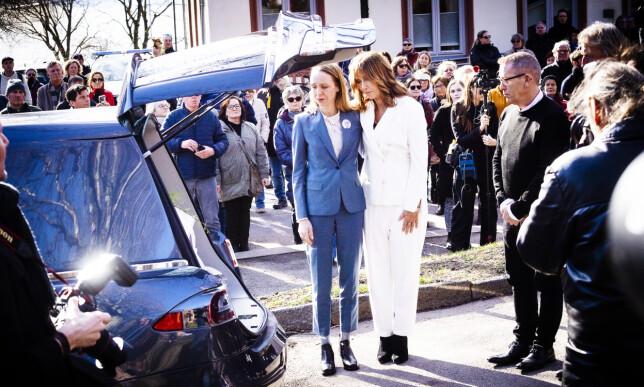 FARVEL: Sara Skorgan Teigen og moren, Anita Skorgan, i bisettelsen til Jahn Teigen. Foto: Lars Eivind Bones / Dagbladet