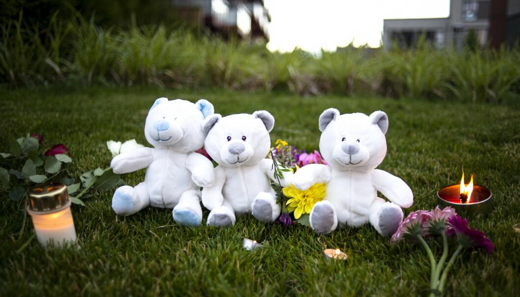 DREPT: Lys og blomster er satt opp for de to barna som ble funnet drept søndagen den 19. juli. Foto: Annika Byrde / NTB scanpix