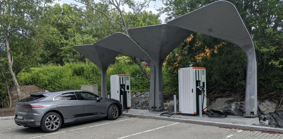 LYNLADER: På Tverrlandet, et kvarter øst for Bodø og ikke langt unna Saltstraumen, ligger en av de få lynladerne for andre biler enn Tesla i Nord-Norge. Grønn Kontakt kaller den superhurtiglader og gir deg opptil 150kW ladefart om bilen din kan ta imot fra CSS-plugg, eller 62kW om du kan lade med Chademo. Vanlige hurtigladere gir deg bare 50kW, men vær obs på at ikke alle biler kan ta imot lading lynraskt. Jaguar iPace på bildet kan ta i mot 100kW og får dermed ladet dobbelt så raskt på lynlader. Snittfarten på 18 minutters lading ble 78kW. Da fikk vi tanket 23,5 kWh og betalte 90 kroner for det. FOTO: JAN THORESEN