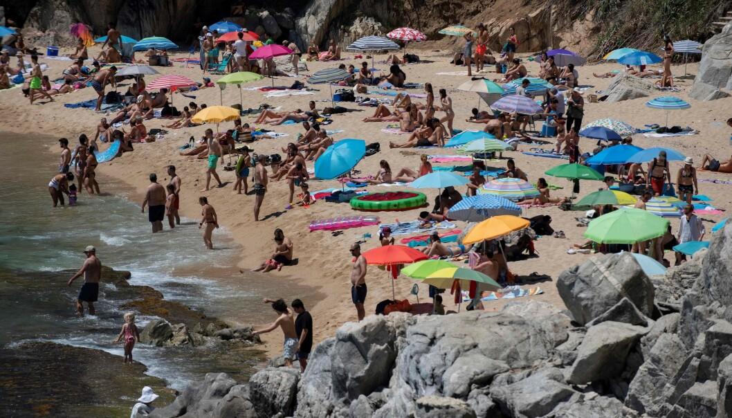 REISER UT AV BYEN: Costa Brava-kysten opplever en økning at tilreisende fra Barcelona til tross for at myndighetene har bedt byens innbyggere om å bli hjemme. Her fra stranden i Platja D'Aro 5. juli. Foto: Josep Lago / AFP / NTB Scanpix