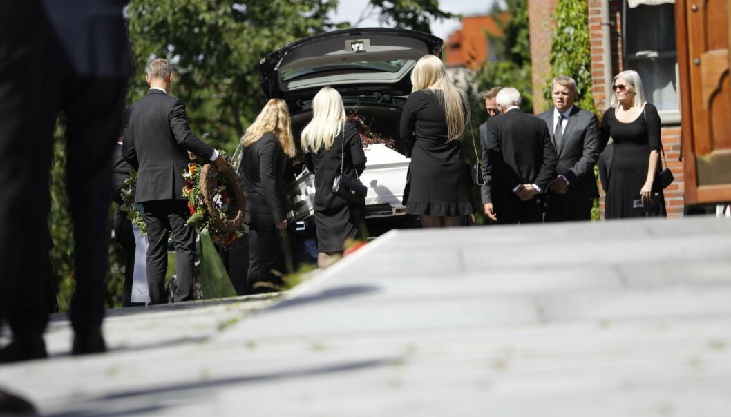 TUNGT: Familien tok et siste farvel med Jagge, før kista ble kjørt vekk. Foto: Christian Roth Christensen / Dagbladet