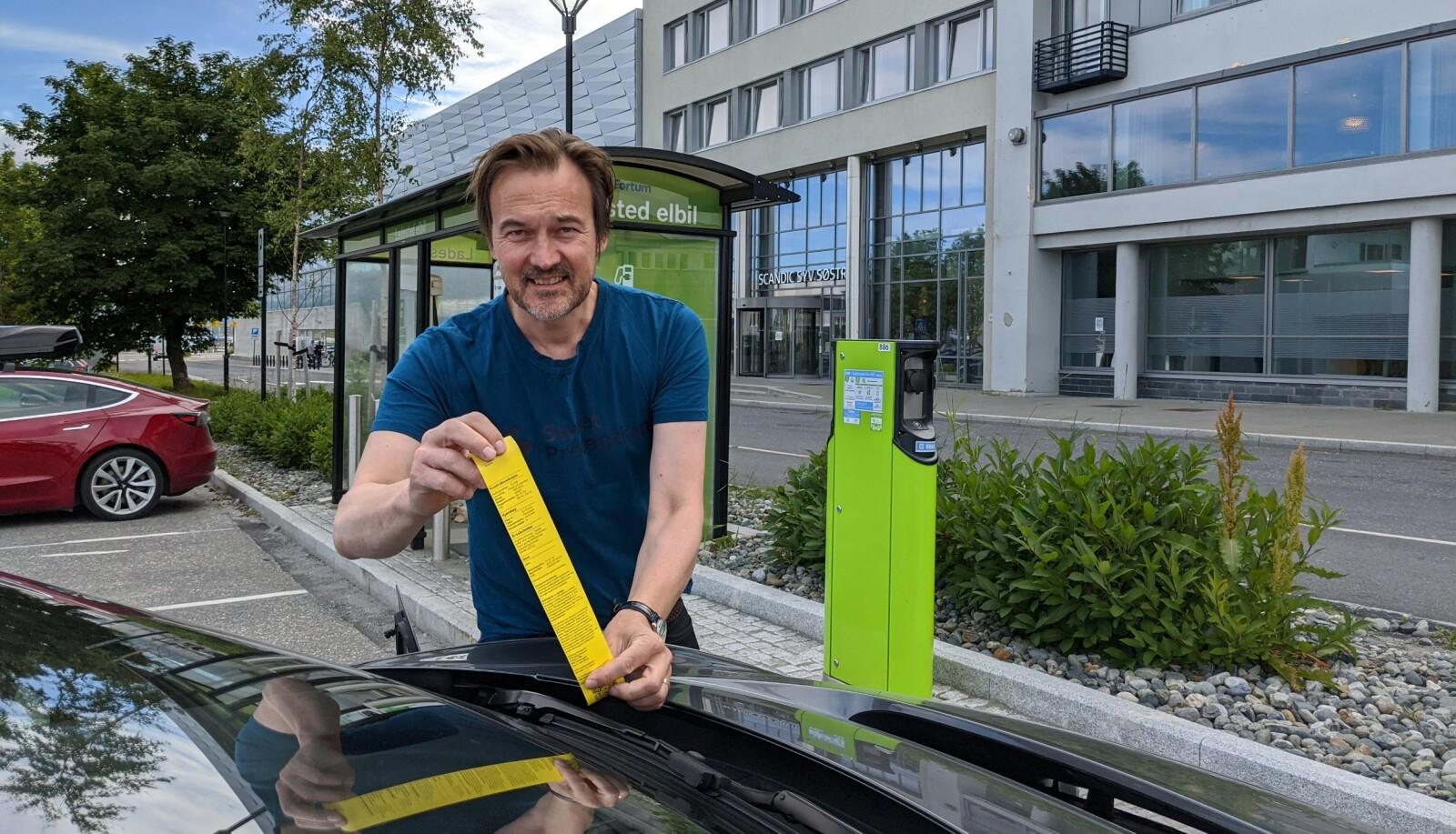 PARKERINGSBOT: Takk til Sandnessjøen kommune for 600 kroner i bot mens vi ladet elbil på Forum Charge & Drive. På stedet måtte vi betale både for lading og parkering. FOTO: JAN THORESEN