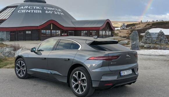 LANGTUR: Om du skal kjøre langt med elbil, starter du alltid dagen med fullt batteri. Her er vi kommet til Polarsirkelen på strøm. FOTO: JAN THORESEN