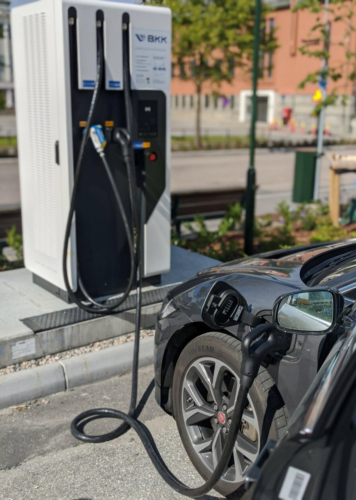 LYNLADER: Når du kommer til BKKs lynlader er du glad for å ha installert Bilkraft-appen.