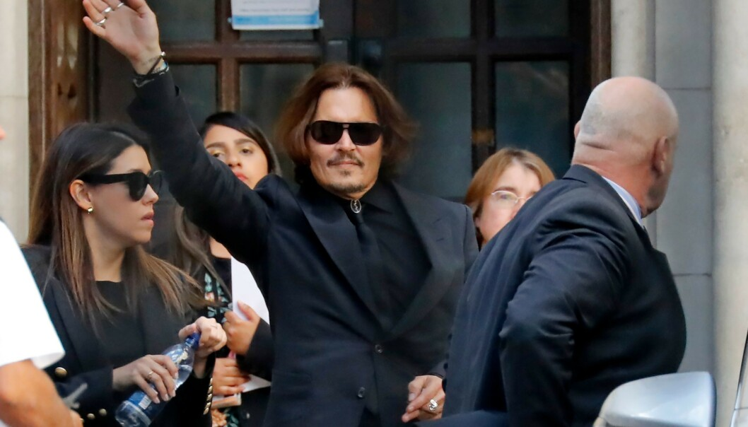 PÅ HØRING: Johnny Depp på vei ut av High Court i London 20. juli. Foto: Tolga AKMEN / AFP)