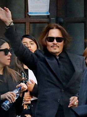 PÅ VEI UT: Johnny Depp vinket til de oppmøtte da han mandag forlot rettslokalene i London. Foto: NTB Scanpix