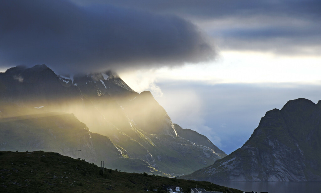 Nord-Norge har vært heldigere med været den siste tiden enn Sør-Norge. Her lyser midnattssola inn langs fjellene i Kjerkfjorden ved Reine. Foto: Rune Stoltz Bertinussen / NTB scanpix