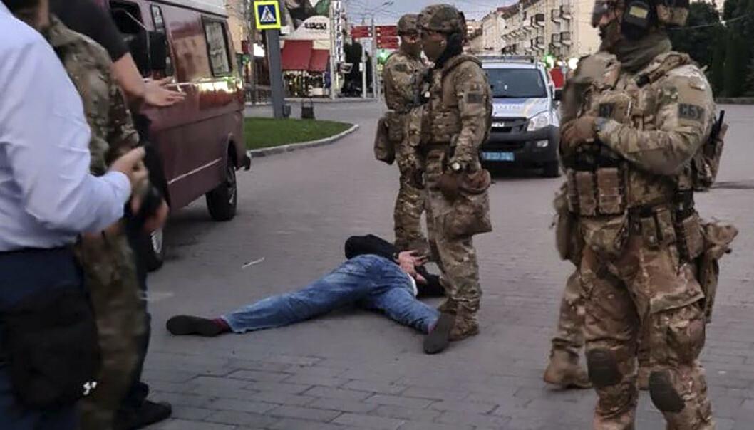 PÅGREPET: Gisseltakeren ble pågrepet rundt klokka 22 lokal tid. Foto: Ukrainian Police Press Office via AP / NTB scanpix