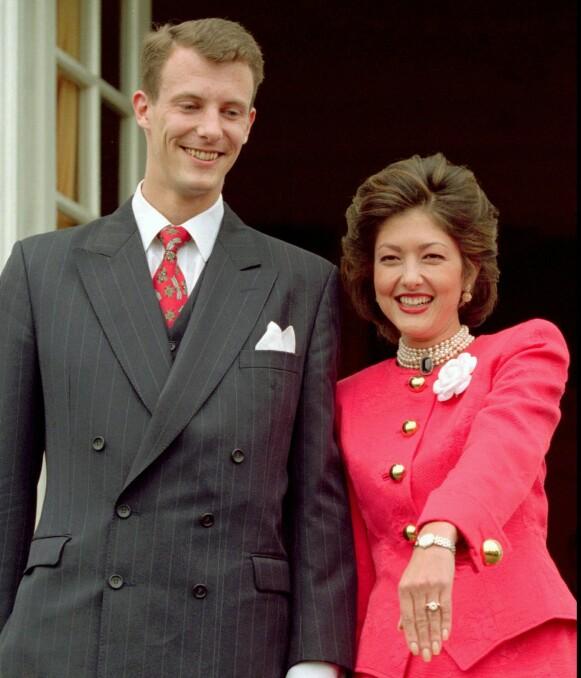 FØRSTE EKTESKAP: Grevinne Alexandra var gift med prins Joachim fram til 2004. Her viser Alexandra fram forlovelsesringen i 1995. Foto: NTB Scanpix