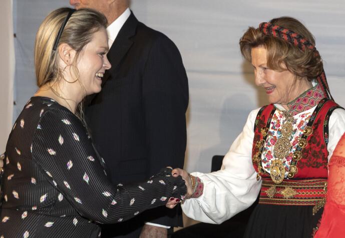 STATSBESØK: Caroline Vagle og dronning Sonja under statsbesøk i Jordan. Førstnevnte forteller at de norske kongelige ikke har reagert ved feil titulering. Foto: Andreas Fadum / Se og Hør