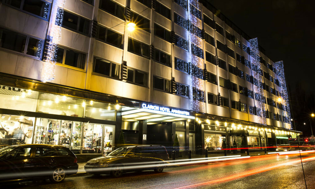 HOTELL: Det er dette hotellet i Stockholm Stordalen nå selger. Foto: Strawberry.