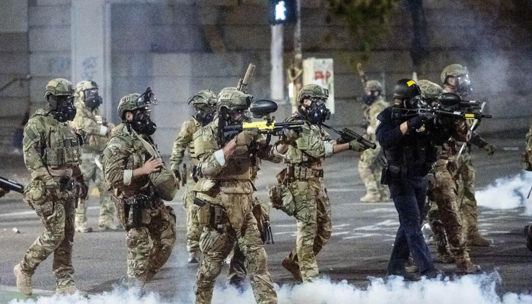 FØDERAL STYRKE: Føderale agenter i Portland i Oregon avfyrer tåregass og gummikuler mot Black Lives Matter-demonstranter mandag. Foto: AP Photo/Noah Berger