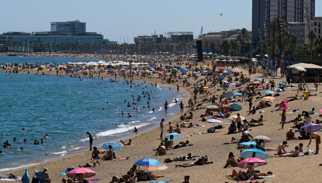 STRANDLIV: På stranda i Spania er det mange nordmenn, men få som legger ut bilder i sosiale medier, ifølge krimforfatter Geir Tangen. Foto: Reuters /Nacho Doce / NTB scanpix