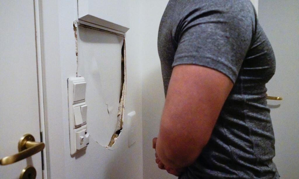RAZZIA: 24-åringen hevder politiet dytta han med så stor kraft at veggen i gangen hans ble ødelagt. Foto: Øistein Norum Monsen/Dagbladet