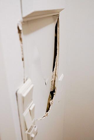 HULL I VEGGEN. Mannen leier leiligheten og er bekymret over at skaden på veggen skal trekkes fra depositumet. Foto: Øistein Norum Monsen/Dagbladet