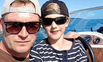 BÅTTUR: Pappa Michael Strandgaard og sønnen på båttur i Danmark. Foto: Privat