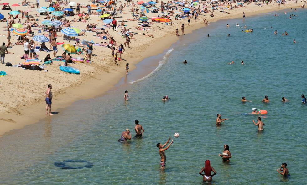 BARCELONA: Svært mange mennesker benyttet forrige helg stranda Barceloneta i Barcelona. Dette til tross for at myndighetene har bedt folk om å bli hjemme på grunn av økende smittetall. Foto: Nacho Doce / REUTERS / NTB scanpix.