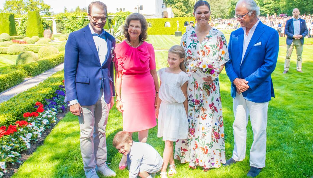LAVERE INNTEKT: Den svenske kongefamilien har fått mindre å rutte med. Her er kronprinsparet avbildet med sine barn samt kongen og dronningen ved slottet Solliden i Sverige i 2019. Foto: NTB Scanpix