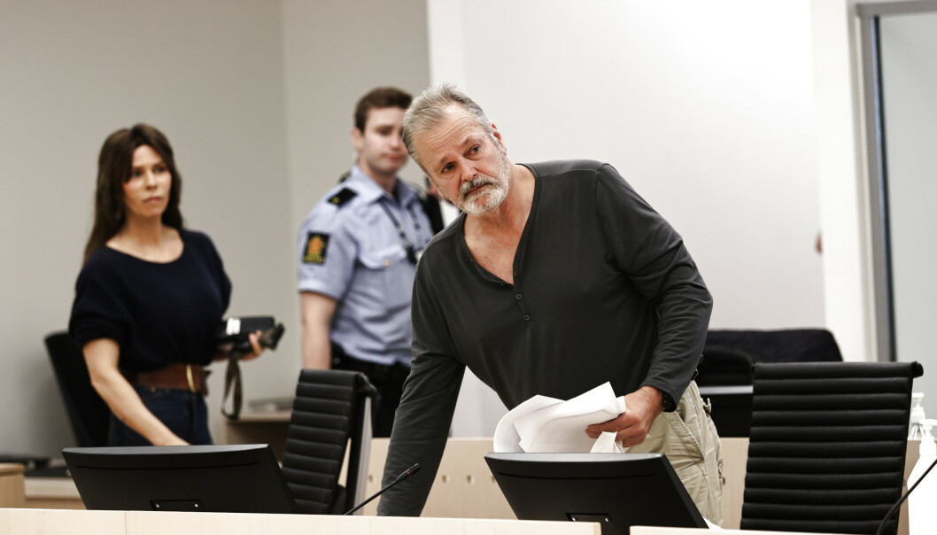 Eirik Jensen under fengslingsmøtet i Oslo tingrett 16. juli. I bakgrunnen står samboeren Ragna Lise Vikre. Foto: Geir Olsen / NTB scanpix
