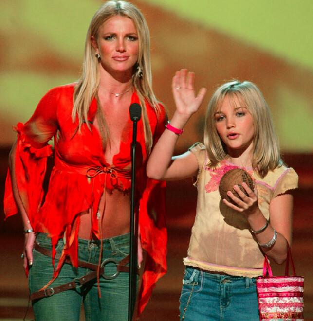 I FORSVAR: Jamie Lynn forsvarte denne uka søstera på Instagram. Her er søstrene avbildet sammen på scenen i 2002. Foto: NTB Scanpix