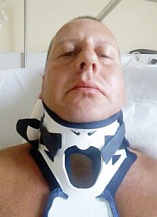 OPPTRENING: Per Steinar hadde flere opphold på Sunnaas sykehus etter at han ble lam. Men det måtte et kulelyn til for at han kunne gå! Foto: Privat