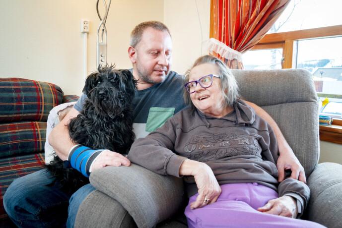 LETTET: – Jeg har ofte vært redd for å miste deg, sier Inger-Lise. Sønnen Per Steinar er nå frisk og rask, til glede også for familiens hund Amira (12). Foto: Espen Solli / Se og Hør