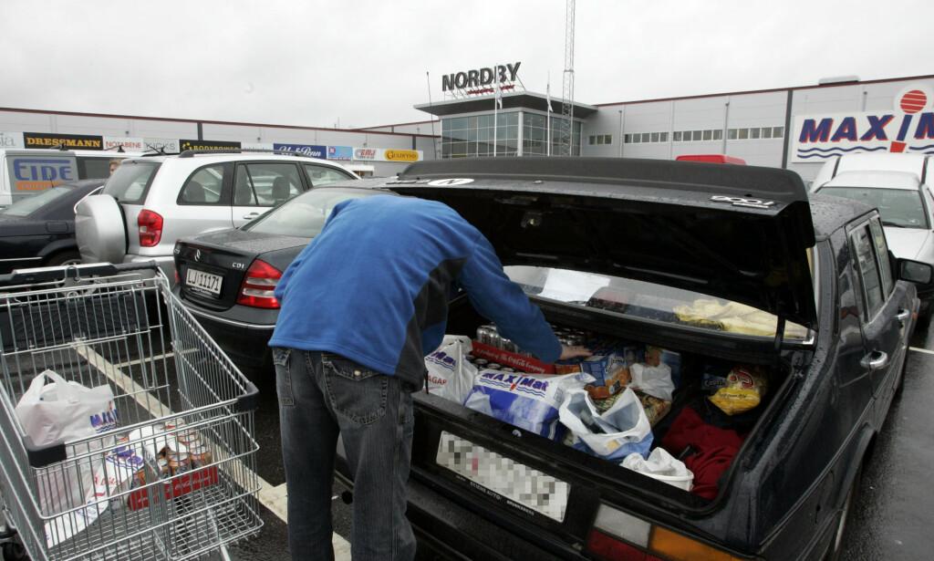 PERSONKONTROLL: Tolletaten presiserer at personkontroll ved grensa til Sverige vil fortsette. Foto: NTB/Scanpix