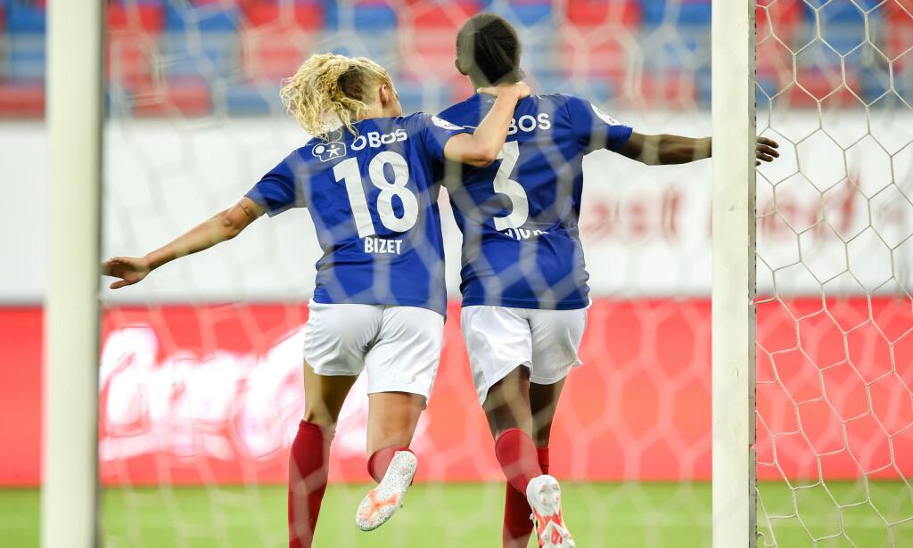 NY SEIER: Celin Bizet Ildhusøy og Njoya Ajara jubler etter sistnevntes matchvinnerscoring fredag. Foto: Annika Byrde / NTB scanpix
