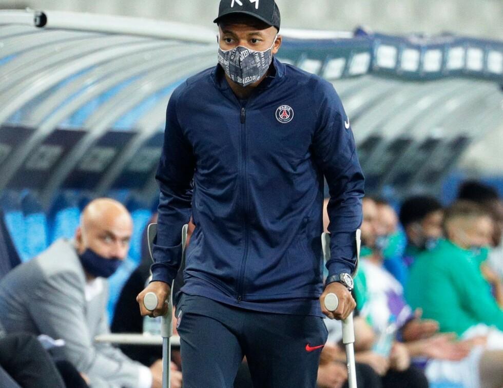 GRISETAKLET: PSGs superstjerne Kylian Mbappè måtte ut på krykker etter en stygg takling i første omgang i cupfinalen. Foto: AFP/NTB Scanpix