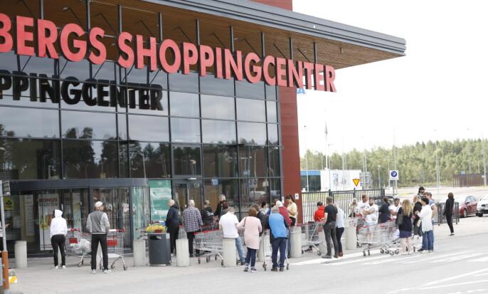<strong>KØ UTENFOR:</strong> Det er kø utenfor kjøpesenteret lørdag. Foto: Christian Roth Christensen / Dagbladet