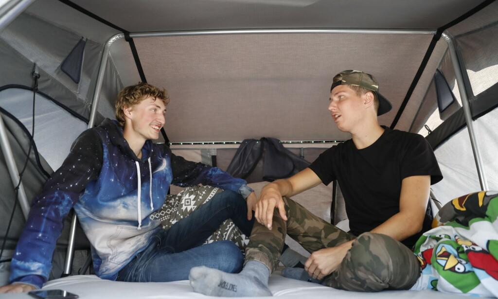 I TELT: Brødrene John Bjørnar Troøyen (19) og Ole Jørgen Troøyen (22) sov i telt over bilen i natt. Foto: Christian Roth Christensen