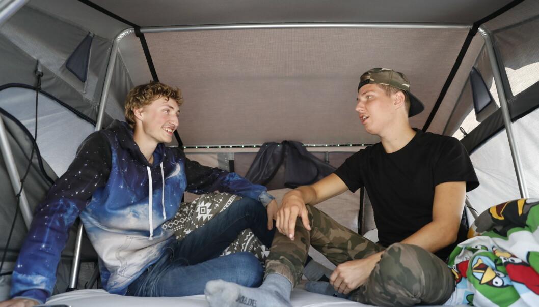 <strong>I TELT:</strong> Brødrene John Bjørnar Troøyen (19) og Ole Jørgen Troøyen (22) sov i telt over bilen i natt. Foto: Christian Roth Christensen