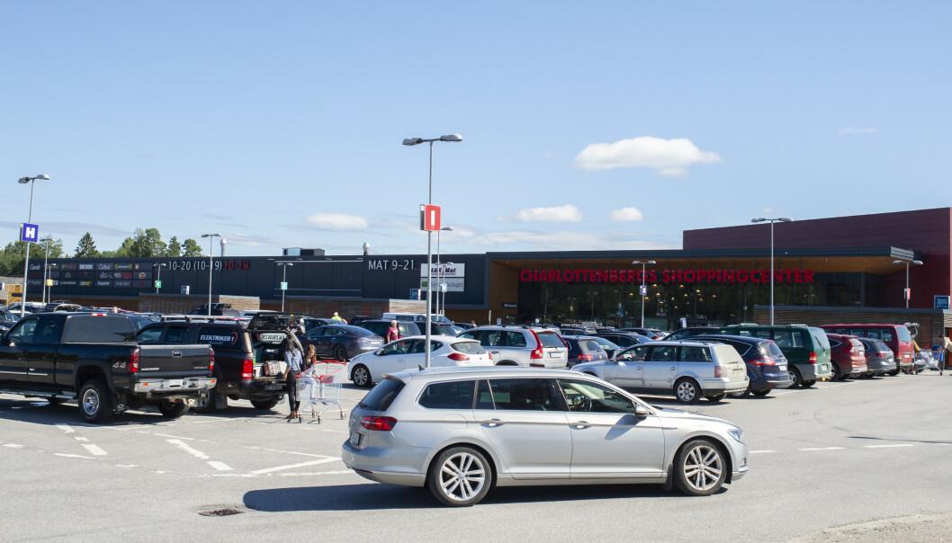 Det står mange norske biler på parkeringen ved Charlottenberg Shoppingcenter. Foto: Annika Byrde / NTB scanpix