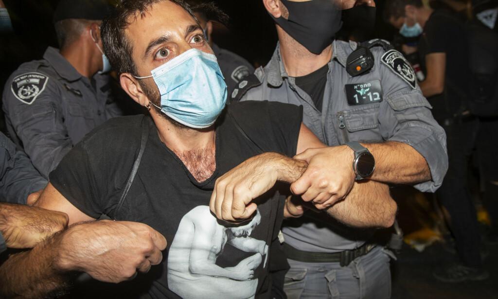 Demonstrasjonene mot statsminister Benjamin Netanyahu fortsatte lørdag kveld flere steder i Israel, blant annet utenfor statsministerboligen i Jerusalem der tolv demonstranter ble pågrepet. Foto: AP / NTB scanpix