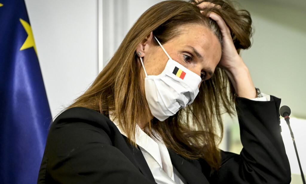 Belgias statsminister Sophie Wilmès under en pressekonferanse tidligere i uken. Torsdag vedtok landet krav om munnbind på markeder utendørs og i travle handlegater. De nye reglene, som trådte i kraft på lørdag, kommer som følge av økt smittespredning etter at landet lettet på restriksjonene. Foto: Dirk Waem / AP / NTB scanpix.