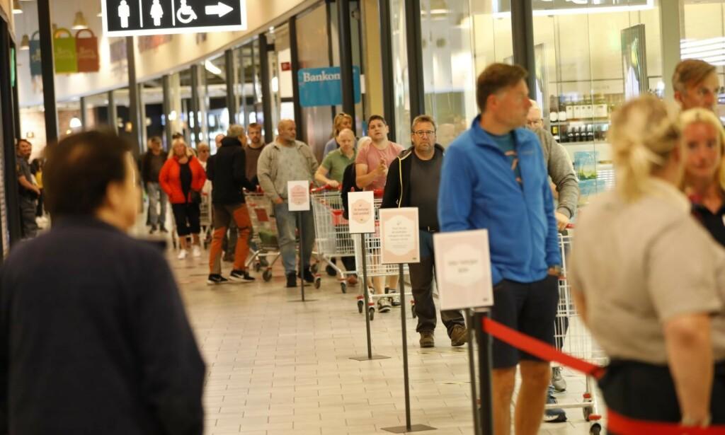 KØER: Det var kø utenfor Systembolaget lørdag morgen. Foto: Christian Roth Christensen / Dagbladet.