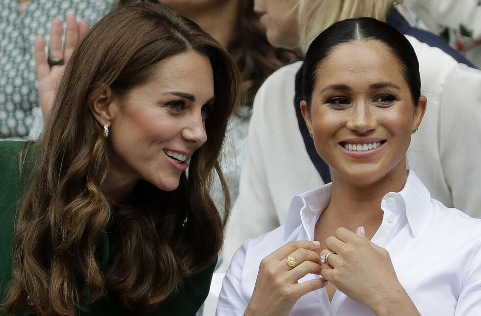 MEGHAN OG KATE: Ifølge den ferske boken om Meghan og Harrys flukt fra det britiske kongehuset, kommer det frem at svigerinnene Meghan og Kate ikke har et spesielt nært vennskap. Her fra en Wimbledon-match sommeren 2019. FOTO: NTB scanpix