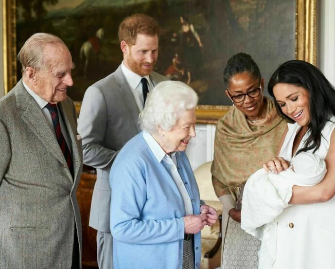 DEN GANG DA: Dronning Elizabeth har ikke sett oldebarne Archie siden han var nyfødt. Nå frykter den 94 år gamle dronningen at hun aldri skal få se oldebarnet igjen. Dette bildet er tatt noen dager etter fødselen i mai 2019. FOTO: NTB scanpix