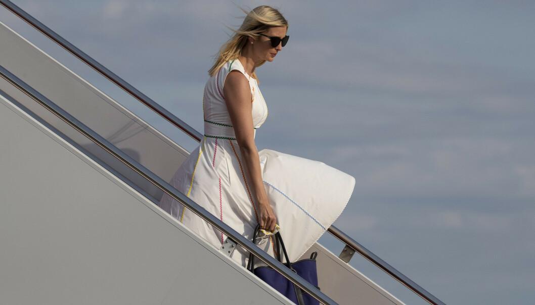 <strong>BEVISST:</strong> Den siste måneden har Ivanka Trump utelukkende blitt fotografert i hvite klær. Det kan være bevisst og smart, menes det nå. Her er hun fotografert den 14. juni, på vei ut av Air Force One. Foto: AP / NTB Scanpix