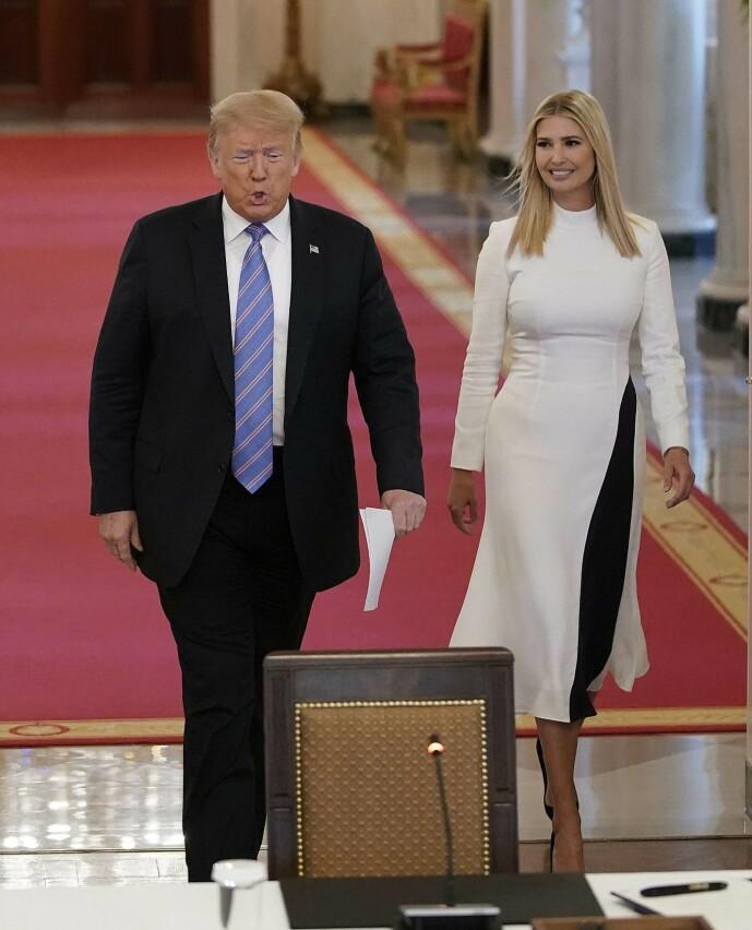 <strong>SOMMERLIG:</strong> Helt siden juni har Ivanka Trump utelukkende vært å se i hvitt. Det fikk The Guardians motekronikør til å tenke. Her er hun fotografert med faren den 26. juni. Foto: NTB Scanpix