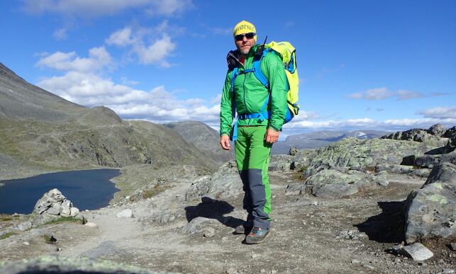 UT MOT «SNUSERNE»: Knut-Erik Tessnes, som er guide og går patrulje over Besseggen, gir klar beskjed til turgåere: Ta med snusen hjem! Foto: Gjendeguiden