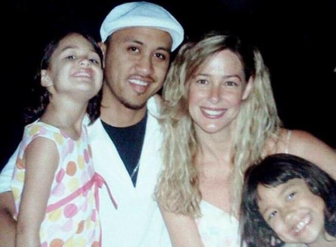 FAMILIE: Her er Vili og Mary Kay avbildet med sine to døtre, Audrey og Georgia. I dag er jentene henholdsvis 22 og 21 år gamle – cirka ett tiår eldre enn faren deres var da de kom til verden. FOTO: Twitter