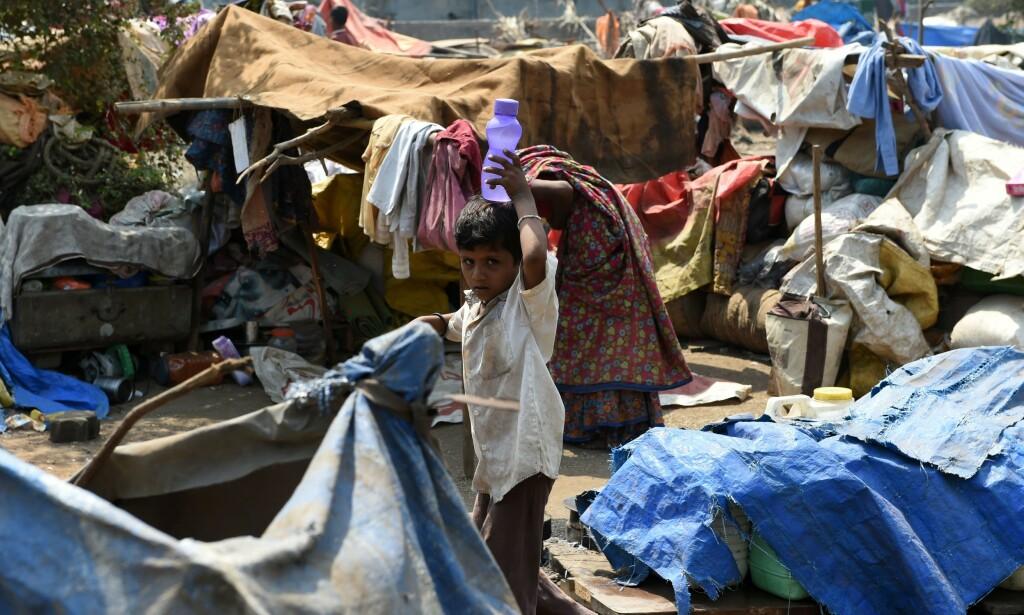 SPRER SEG: Fra å bare gjelde enkelte deler av Afrika og Den arabiske halvøy, kan de ubeboelige områdene i 2070 dekke store deler av det afrikanske kontinent, India, Sørøst-Asia, de nordlige delene av Sør-Amerika og Mellom-Amerika. Her fra en flyktningleir i Mumbai, India. Foto: AFP/NTB Scanpix