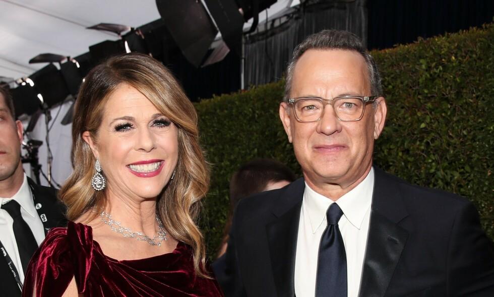 NYW PASS: Stjerneparet Tom Hanks og Rita Wilson ble denne uka tildelt nye pass, etter at de ble greske æresborgere. Foto: NTB Scanpix