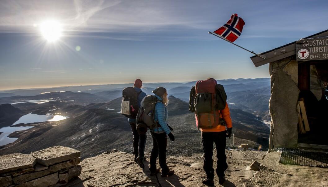 NYDELIG UTSIKT: Fra Gaustadtoppen kan du se en sjettedel av Norge. Det er ikke uten grunn at denne fjelltoppen er populær. Foto: Thomas Rasmus Skaug /Visit Norway